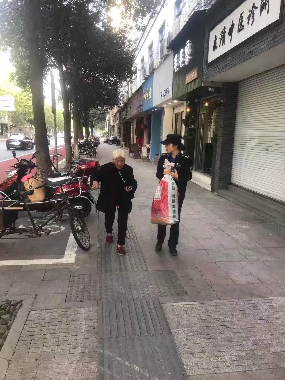 """""""城管蓝""""一直在您身边——浙江杭州城市管理者为民服务剪影"""