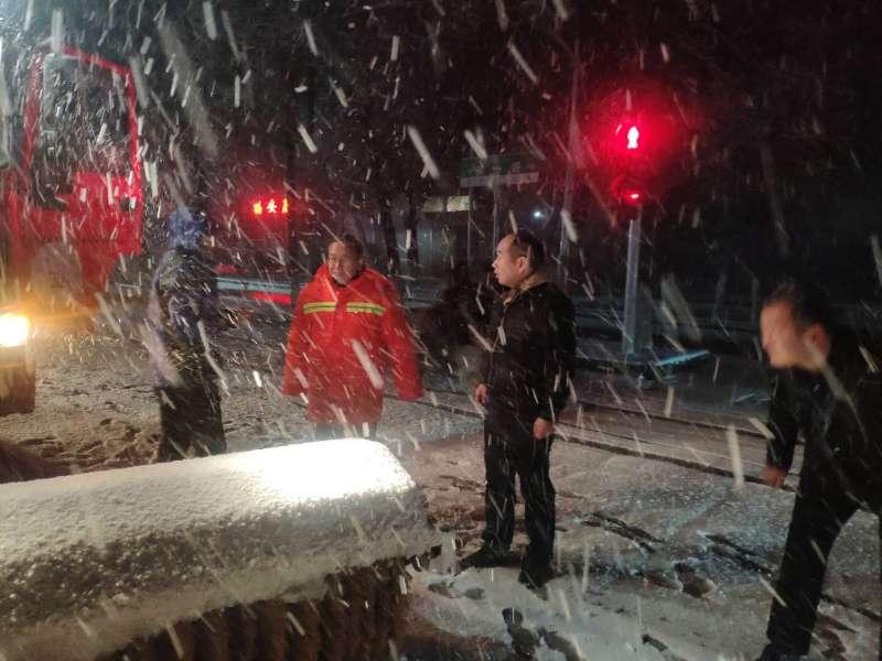新疆生产建设兵团第八师石河子市:即下即扫 雪停路净