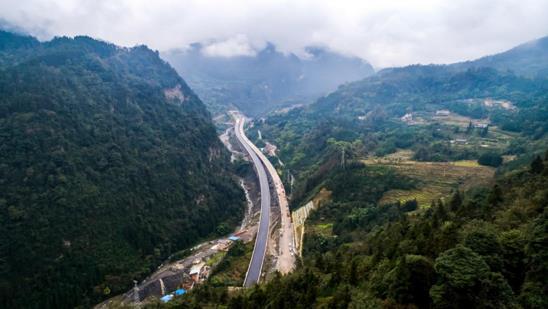 昭(通)乐(山)高速黄连坪高瓦斯特长隧道贯通川滇南北最便捷大通道即将开通