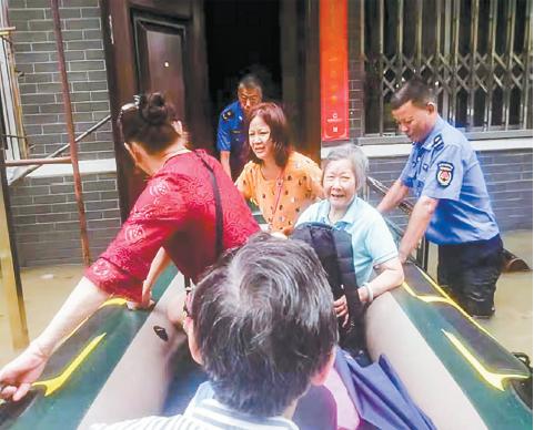 特殊时刻南昌城管帮扶群众甘于奉献暖人心