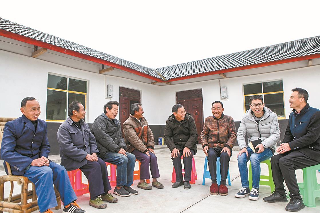 重庆市永川区镇机关干部和村干部为贫困群众讲解扶贫政策