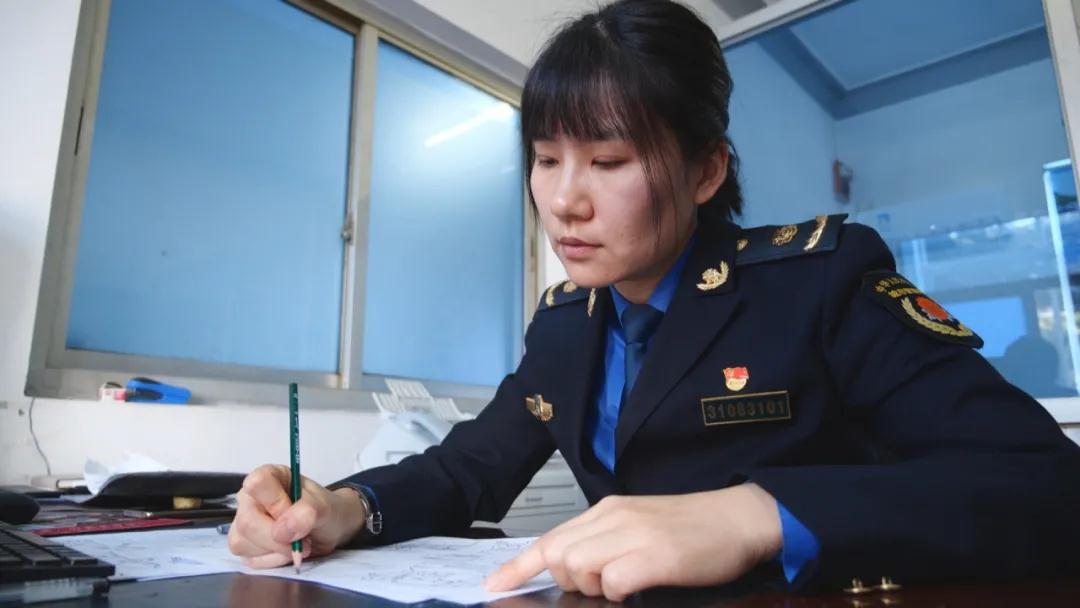 上海浦东城管执法队员创作抗疫漫画