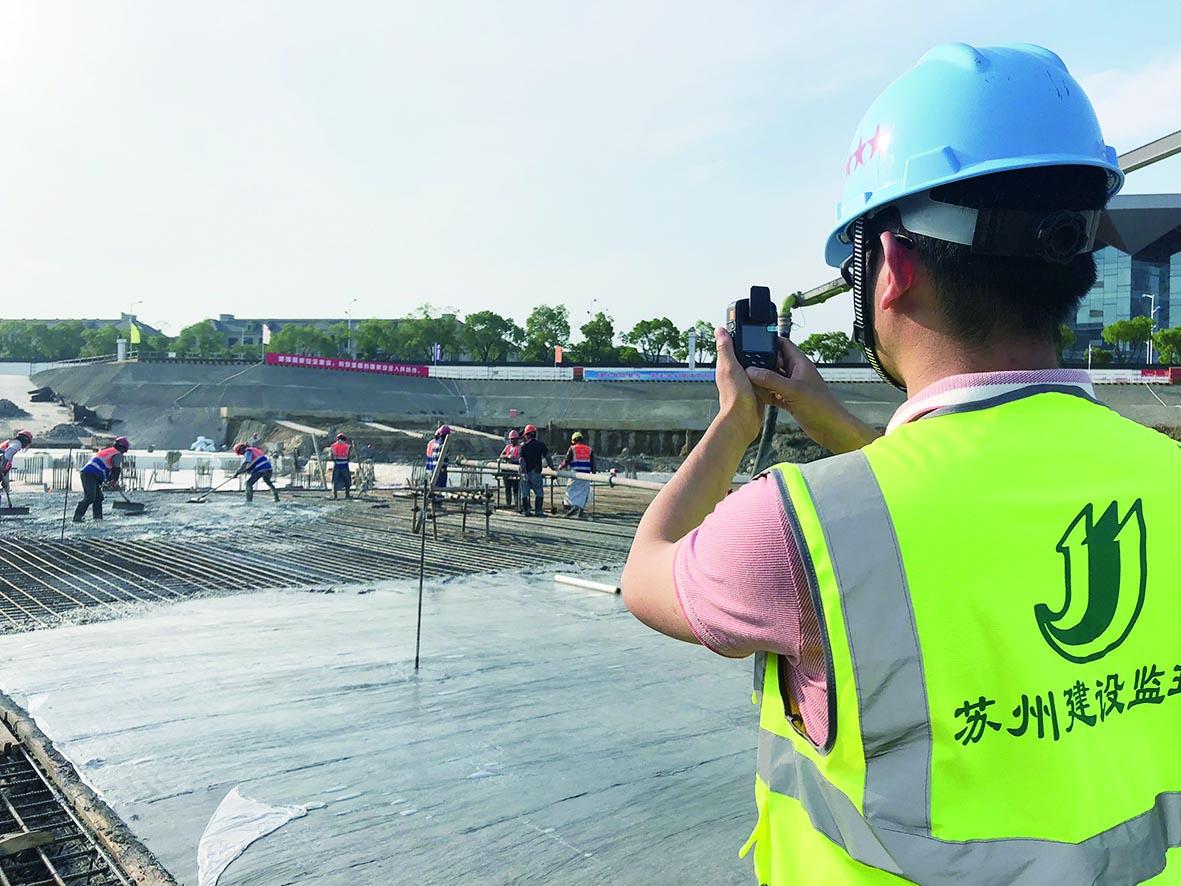 陈明国正在施工现场通过监理记录仪进行专项巡查和记录.jpg
